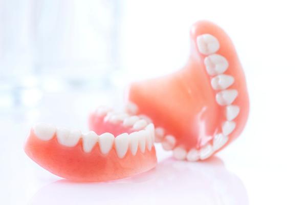 como-arreglar-una-dentadura-protesis-dental-rota